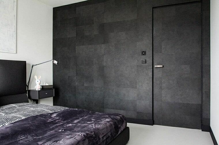 Ciemna ściana połączona z drzwiami