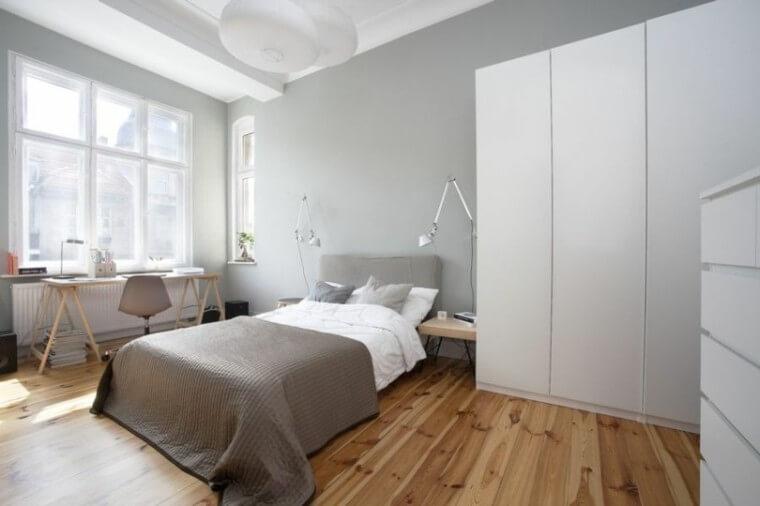 Pokój z drewnianym biurkiem